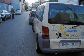 Tres jóvenes dañan coches aparcados en Cala Rajada y lo graban con el móvil