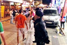 Arrestado un perturbado que atacaba a la gente en Platja de Palma con cuchillos en las manos