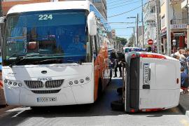Espectacular accidente con vuelco de una furgoneta en la Platja de Palma