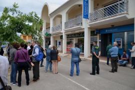 Los 'yayoflautas' protestan ante la farmacia de Bauzá