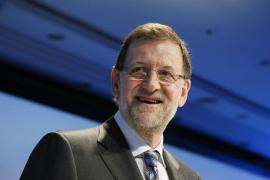 Rajoy, esperanzado ante próxima cifra del paro, ratifica que bajará impuestos