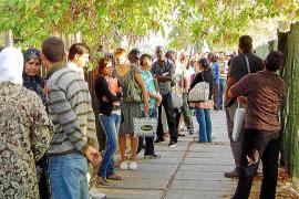 La oposición critica que el Govern pague el billete a inmigrantes que se quieran ir