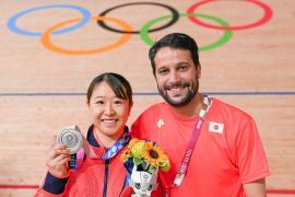 Yumi Kajihara muestra su medalla de plata en Omnium junto al técnico ibicenco Miguel Torres