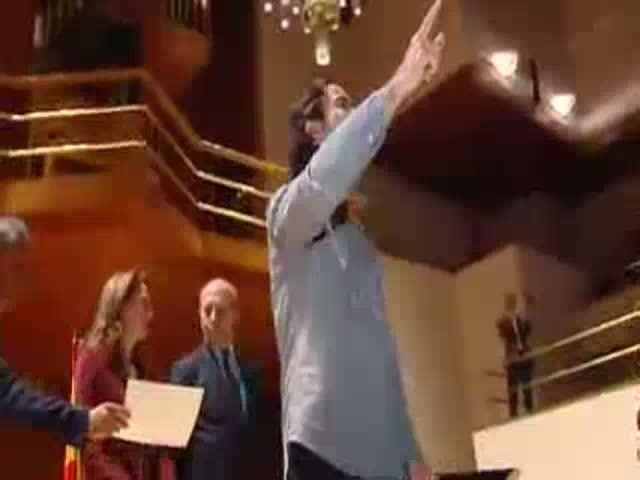 Un grupo de universitarios niega el saludo a Wert en una entrega de premios