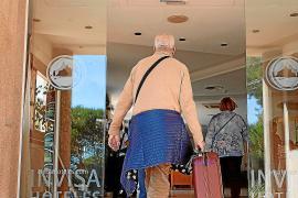 Turistas llegando a un hotel de la isla