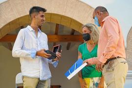 Marc Tur recibe un obsequio de manos de Vicent Mari y Carmen Ferrer