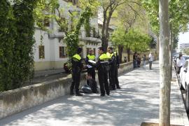 Un conductor  borracho se da a la fuga y arremete contra varios coches en la calle Aragón