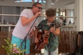 Simon Le Bon, cantante de Duran duran, sorprende con un concierto improvisado en un restaurante de Formentera