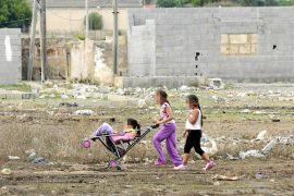 Gitanos. Los niños del poblado gitano de Son Banya rodeados de inmundicia.