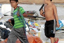 LOS NIÑOS DEL POBLADO GITANO DE SON BANYA RODEADOS DE INMUNDICIA.
