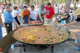 Más de 400 personas apoyan a Cruz Roja asistiendo a una paella popular