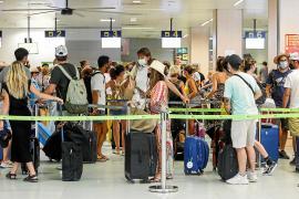 El aeropuerto de Ibiza gestiona desde ayer viernes y hasta mañana lunes casi 1.500 vuelos, de los que 533 son nacionales y 933 internacionales.