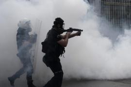 La policía controla la plaza de Taksim de Estambul, tras entrar a la fuerza