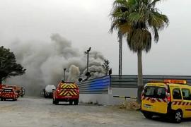 Imagen del incendio declarado en el desguace de Ca na Negreta