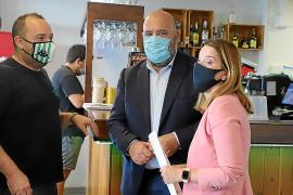 Prohens reúne a la prensa en un bar que cerrará en días para denunciar la falta de ayudas
