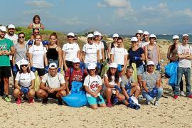 Voluntarios en Can Picafort por una costa limpia de plásticos