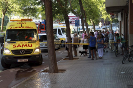 Un coche se sube a la acera en la calle Salvador Dalí y deja crítico a un peatón