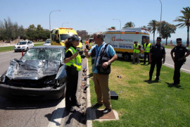 Dos heridos graves tras chocar un coche contra un camión frente a la Catedral