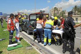 Cuatro heridos al estrellarse un coche contra un camión en el Parc de la Mar