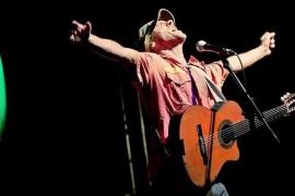 El mestizaje de Manu Chao congrega a miles de seguidores en Porreres
