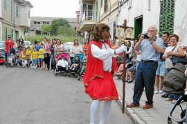 Sant Joan Pelós recorre las calles danzando al compás de la música