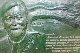 La artista Mercè Bessó homenajea a Baltasar Porcel con un relieve