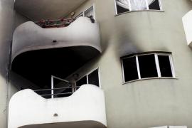 Un incendio destroza un piso y obliga a evacuar un edificio junto a la plaza Pere Garau, en Palma