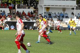Una acción de ataque del CD Ibiza, durante le partido disputado ayer en Santa Eulària contra el Ebro