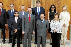 FOTO DE FAMILIA DE LOS NUEVOS MIEMBROS DEL GOVERN BALEAR.