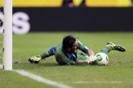 Buffon ataja tres penaltis y da a Italia el tercer puesto en la Copa