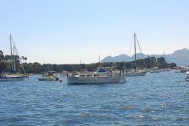 250 personas se echan al mar para protestar contra los fondeos de pago en Pollença