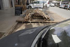 Los restauradores desmontan las terrazas en la calzada, un año y medio después