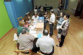 El PP atribuye su desgaste electoral a la crisis, y la oposición, a sus «mentiras»