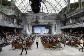 La alta costura de Chanel ilumina las ruinas del Grand Palais