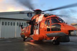 El helicóptero de Salvamento Marítimo rescata a los tres tripulantes de un velero varado en Pou des Lleó