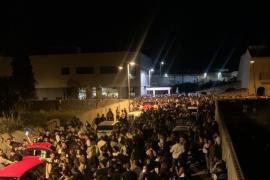 Cientos de jóvenes se concentran en Muro en un macrobotellón