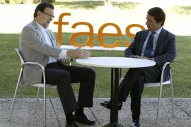 Rajoy se defiende ante Aznar y le dice que «no es justo» hacer balances ahora