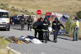 Nueve muertos al salirse de la vía un autobús en Ávila cuyo conductor se quedó dormido