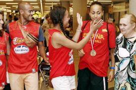 Inma Zanoguera recibe la felicitación de sus hermanos y los dirigentes de la Federació de Bàsquet de les Illes, ayer, en Son San
