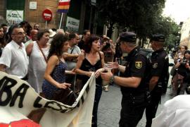 Unas ciento cincuenta personas  se concentran ante la sede del PP para protestar contra la corrupción