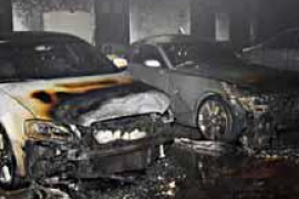 Arden cinco coches en un incendio en un garaje de un edificio de Bendinat