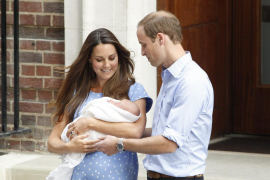 Los duques de Cambridge salen del hospital con su bebé