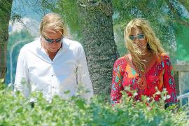 Ajenos a las cámaras Mathias y Norma paseareon por la isla.