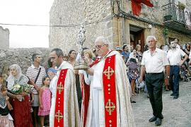 Cientos de personas participan con devoción en la procesión de la Reliquia