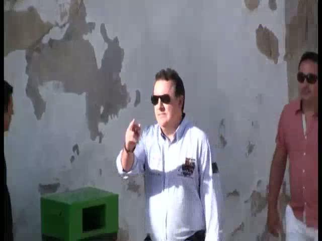 Polémica en las redes por la 'peineta' de Torres a un grupo de antitaurinos