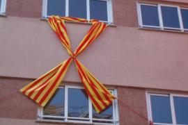 El Govern prohibe los lazos con la bandera catalana y permite los que tengan la bandera española