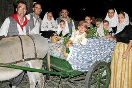 Los vecinos de Valldemossa acompañan a la Beata en su paseo por la localidad.
