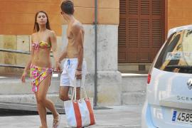 Cort estudia prohibir ir sin camiseta o en bañador por la calle