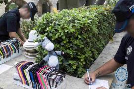 Intervienen material a 28 vendedores ambulantes en municipios del sur y este de Mallorca
