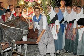 Los vecinos de Valldemossa acompañan a la Beata por las calles de la localidad